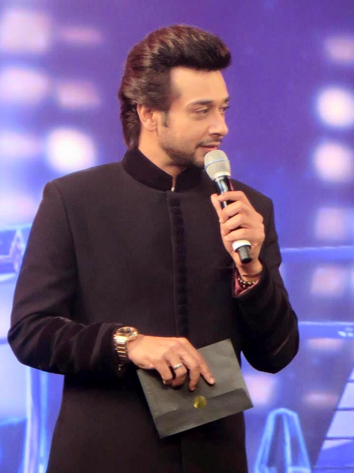 Faysal Quraishi presenting award at HUM Awards in Dubai 2015